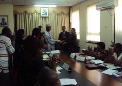 Contribution de la société civile remise du document  à Denis KOULAGNA SG du MINFOF. Photo (c) ETJ