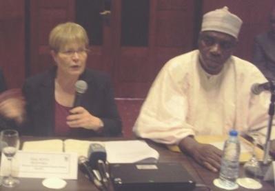 De gauche à droite, Rita Reinika Directrice du Développement de la Banque Mondiale Région Afrique et Emmanuel NGANOU NDJOUMESSI, Ministre de l'économie, de la planification et de l'aménagement du territoire