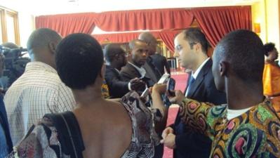 Animateur Cabinet MOORE STEPHENS face à la presse. Photo (c) ETJ