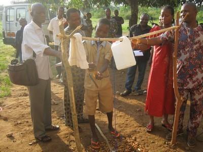 Un dispositif innovant de lavage de main au savon dans une école. Photo (c) A.T.