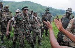 Le Général Bosco Ntaganda (lunettes noires) lors de la fin d'une bataille avec les troupes de FPC en Ituri, Nord Est RDC. (c) DR