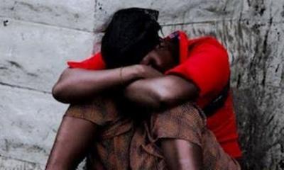 Une victime de viol, ayant perdue toute dignité humaine, cachant son visage. Photo (c) BS