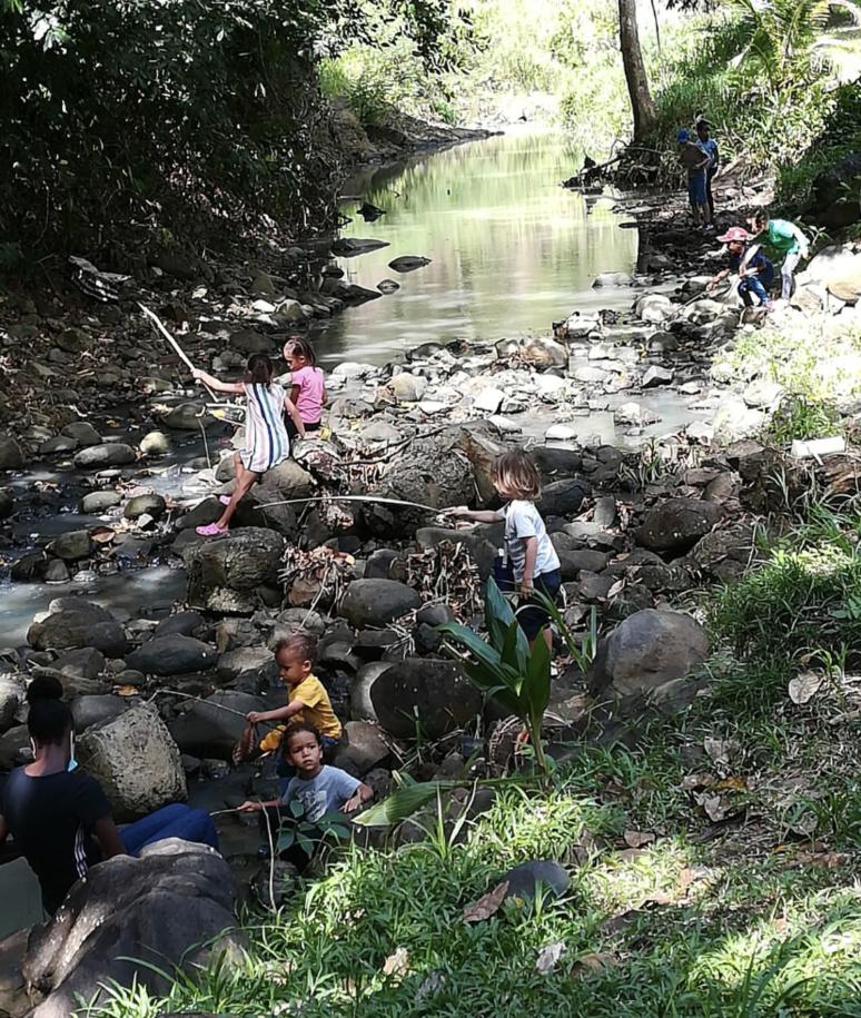Les langues y sont enseignées sous un arbre, l'éveil au bord de la rivière. (c) École Beraca.