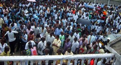 Les lycéens devant de ministère de l'Éducation nationale. Photo (c) François Ndjimbi