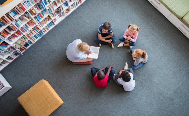 La littérature de jeunesse peut être un médium intéressant pour aider les élèves à dialoguer et prendre du recul sur des situations. Shutterstock