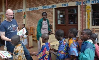 Manu Wauthier distribue ses livres aux jeunes sourds. Photo (c) A.K.