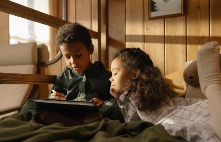 Dans les albums de jeunesse, beaucoup d'histoires s'appuient sur des allusions que les enfants ne comprennent pas toujours au premier abord. cottonbro/Pexels, CC BY