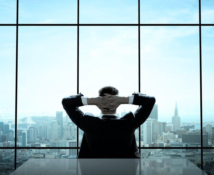 Lorsque les administrateurs proviennent de la même école que le dirigeant, ce dernier tend à s'enraciner à ce poste. Shutterstock