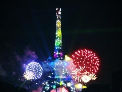 La journée du 14 juillet s'est terminée par des bals et des feux d'artifice dans la France entière. Ici, le feu d'artifice de Paris qui a été tiré du Trocadéro et a duré 35 minutes. Photo (c) M.D.