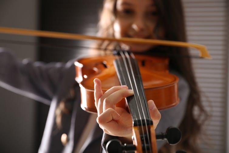 Les intervenants attendent que les élèves travaillent leurs instruments hors des ateliers. Shutterstock