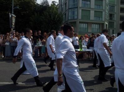 Chaque année, la course des serveuses et garçons de café clôt en beauté les Fêtes de Genève. Photo (c) M.D.