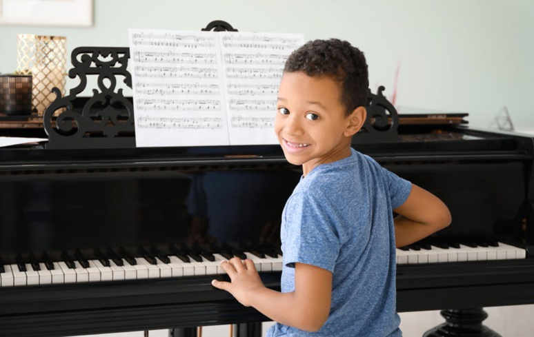 Apprendre à identifier les notes et symboles musicaux renforce le lien entre signes et sons, qui sera crucial pour aborder la lecture. Shutterstock