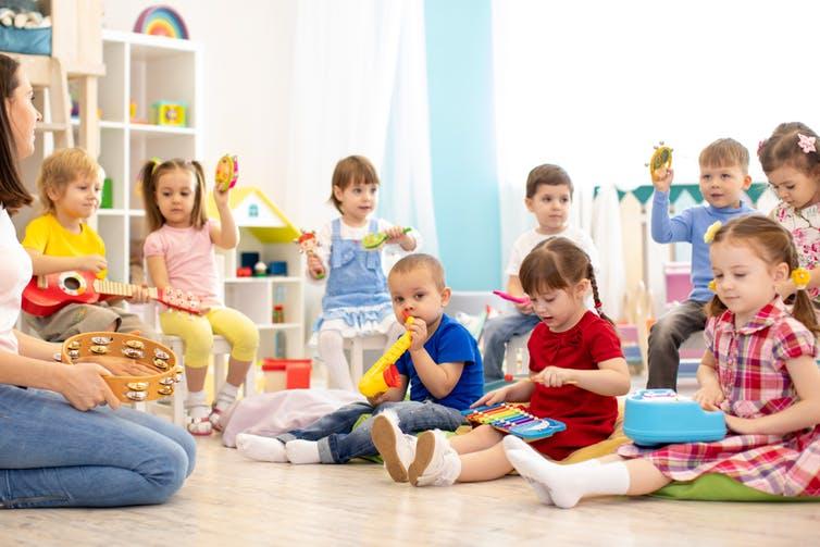 Les comptines que les enfants apprennent en maternelle les préparent en fait à la lecture. Shutterstock