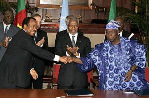 Paul Biya (à gauche), O. Obasanjo (à droite), entourés de Kofi Annan alors Secrétaire général de l'Onu, lors de la signature de l'Accord de Greentree le 12 juin 2006.