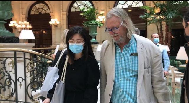 Raoult a accordé une interview à la journaliste Jing Shu. ( Photo de Liang Jiaming)