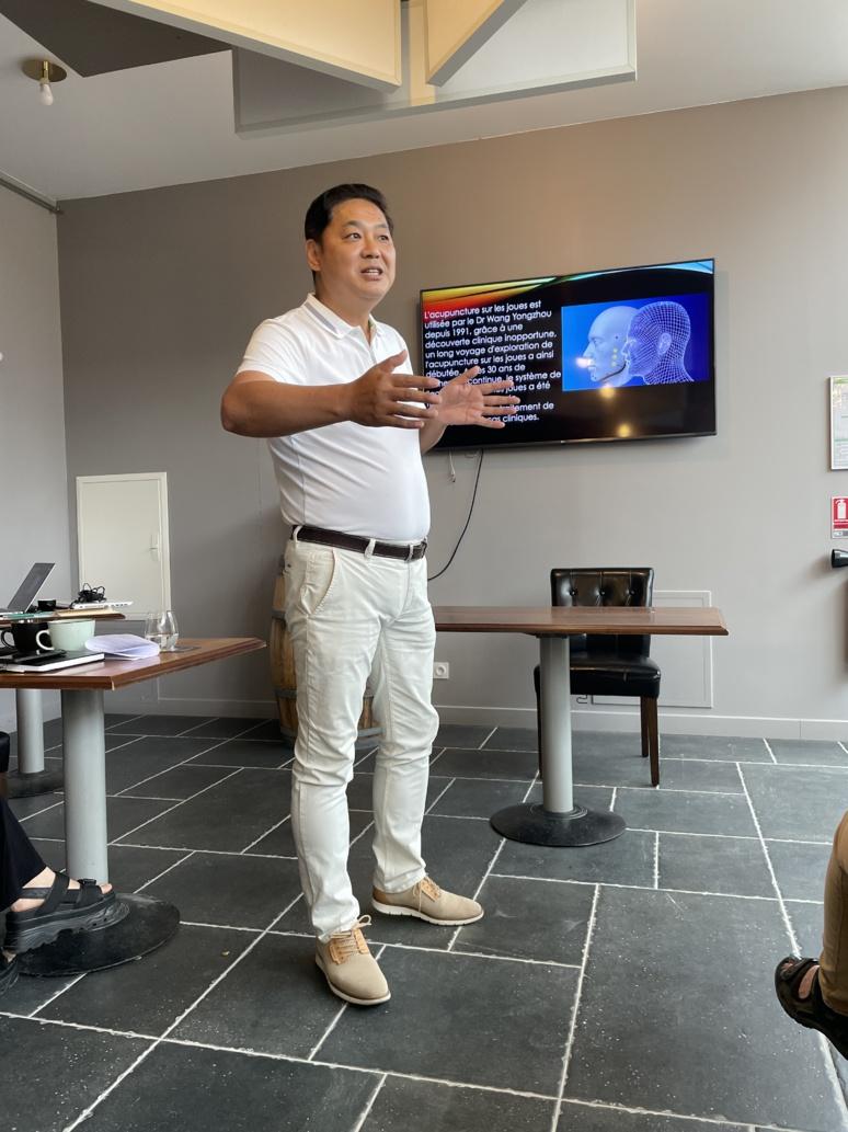 Le professeur Wang  Yongzhou devant un public intrigué et curieux (c) D. Chuit