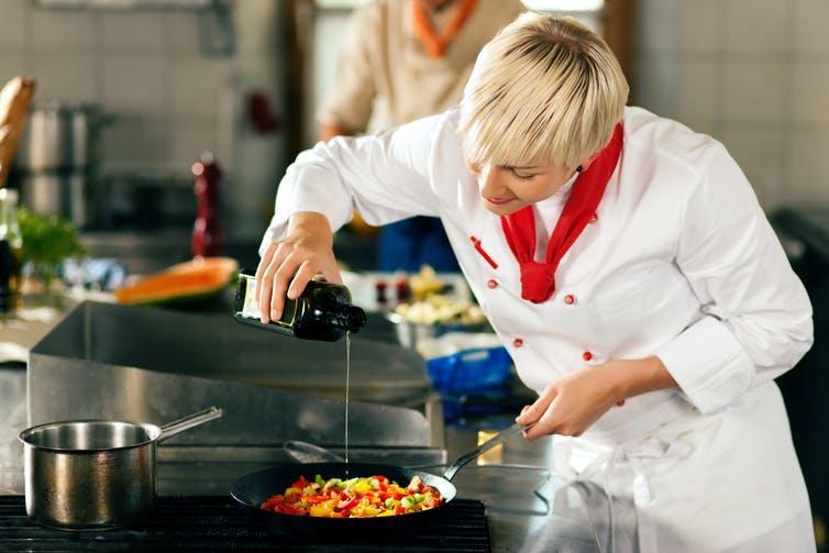 Oui à la cuisson à l'huile d'olive, non à son stockage à proximité du piano de cuisine… Shutterstock