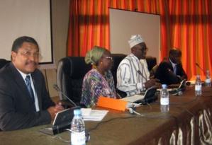 Les officiels avec au milieu (en blanc) le Secrétaire Exécutif de AMCOW