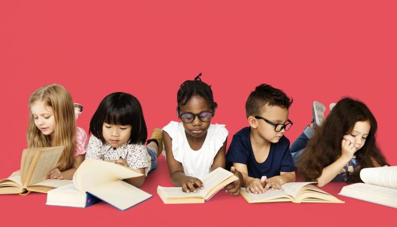 Chaque enfant avance dans la découverte de la lecture et des livres à un rythme qui lui est propre. Shutterstock