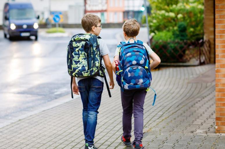 Les garçons sont plus souvent autorisés que les filles à s'éloigner de la maison sans la surveillance d'un adulte. Shutterstock