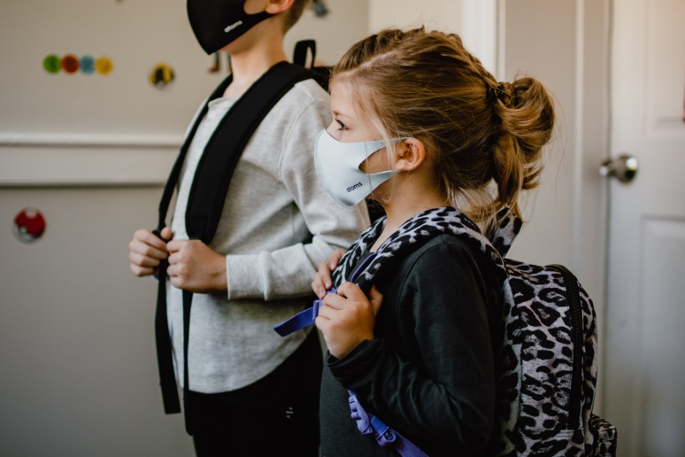 Pour l'instant, le coronavirus SARS-CoV-2 reste peu dangereux pour les enfants, mais ce n'est pas une raison pour le laisser circuler parmi eux. - Photo by Kelly Sikkema on Unsplash