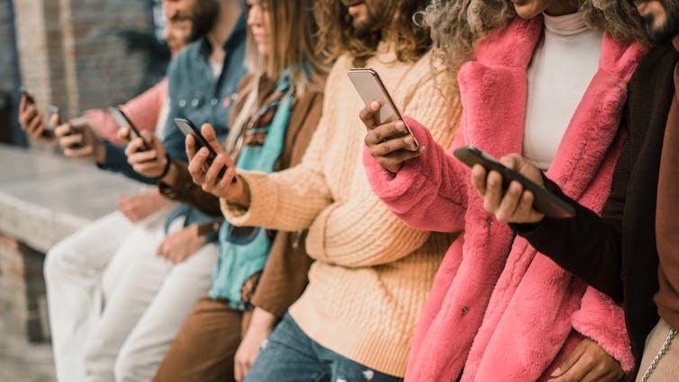 Les jeunes candidats, même ultra-connectés, se montrent particulièrement sensibles à l'esprit d'équipe dans les entreprises.