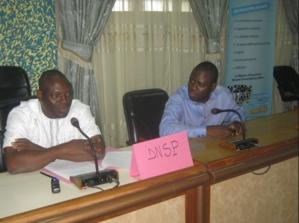 Le Directeur national de la Santé publique (à gauche) avec le Chargé de programme de EAA-Bénin (à droite). Photo (c) A. Tossounon