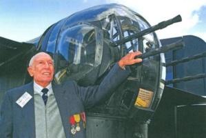 Lucien Malia avec la mitrailleuse arrière du Bombardier Halifax du Yorkshire Air Museum. Photo courtoisie (c) DR