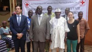 De gauche à droite en première ligne : Ambassadeur de France, Ministre de la Santé, Président de la Croix-Rouge et Volontaire Internationale de Monaco, Représentante pays de la Croix-Rouge monégasque. Photo courtoisie (c) DR