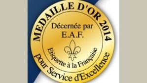 Médaille d'or pour service d'excellence dans le tourisme, l'hôtellerie et la restauration