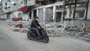 Un homme passe devant un immeuble près de Slavyansk, fortement endommagé lors des affrontements. Photo (c) UNHCR / Iva Zimova