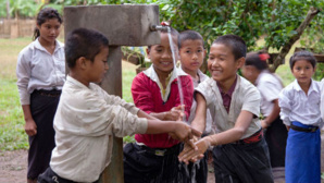 Dans une école au Laos, en Asie du Sud-Est, les enfants apprennent l'importance du lavage des mains, de boire de l'eau potable, et d'utiliser des ustensiles propres. Photo (c) Banque Mondiale / Bart Verweij