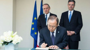 Ban Ki-moon signe le livre de condoléances. Photo (c) Evan Schneider / UN Photo