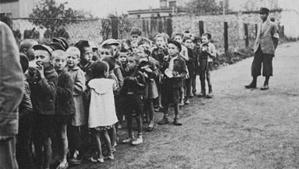 Des enfants attendant leur déportation au camp de concentration. Photo du domaine public.