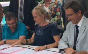 Signature de la convention du GEM, Ségolène Neuville est en compagnie des responsables associatifs, du directeur régional de l'ARS et des élus marmandais. Photo (c) CDo