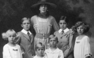 La reine Victoria avec ses six enfants. Image du domaine public.