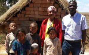 Avec dame Aimée et ses enfants, fière de sa latrine réalisée dans le cadre du programme GSF. Photo (c) A.T.