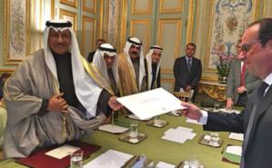 Cheikh Jaber Al Moubarak Al Hamad Al Sabah, Premier ministre koweïtien, remet une lettre de l'Émir du Koweït au Président François Hollande, à l'Elysée. Photo (c) Ambassade de France Koweit