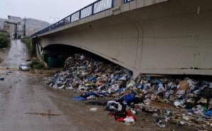 Déchets balayés par les eaux de pluie sous un pont à Beyrouth. Photo (c) Michel Sayegh