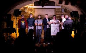 Au centre, les fondateurs de La Banane de Dijon, Antoine Cordier et Selim Beloufa, font le show, entourés des humoristes de la soirée. Photo (c) Jocelyn Marques.