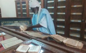 Le Grand Imam de la Mosquée de Djingarey Ber dans la bibliothèque familiale Ben Essayouti. Photo (c) Myrline Mathieu