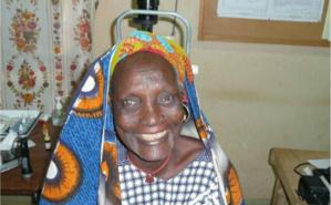 Le visage d'une femme qui s'illumine après avoir recouvré la vue. Photo (c) JEREMI