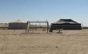 Campement appartenant à une famille koweïtienne avec enfants (infrastructures de loisirs), dans la partie sud du désert. Photo (c) Bulent Inan