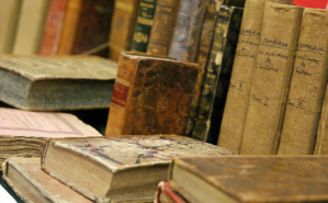 Livres anciens exposés au salon du livre d'histoire. Photo (c) Sabrina Belkhiter.