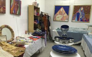 Peintures, poteries et objets brodés palestiniens. Photo (c) Bulent Inan.