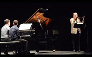 Au piano, Samuel Fernandez et Rémi Geoffroy. Didier Patel explique l'œuvre. Photo (c) M. Marchand-Moury