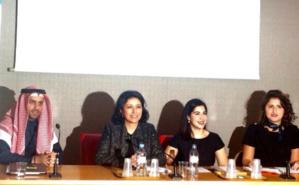 Les organisateurs de la conférence en présence de deux étudiantes koweïtiennes en France. Photo (c) Ambassade de France au Koweït.