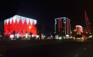 Immeubles à Manama, illuminés des couleurs du drapeau bahreïni à l'occasion de la fête nationale. Photo (c) Rima Ayoub