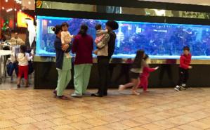 Trois travailleuses domestiques s'occupent de six enfants dont les parents dînent au restaurant. Photo (c) Bulent Inan.