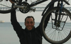 Gürkan Genç avec son précieux vélo. Photo (c) Gürkan Genç